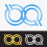 首写字母QQ优质蓝色金属被转动的小写商标模板在白色背景中和在金子和银的习惯预览 免版税库存图片