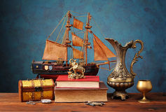 首饰、书和微型帆船的箱子 免版税库存照片