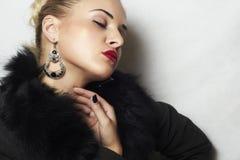 首饰和秀丽。美丽的白肤金发的妇女。时尚艺术photo.red嘴唇 免版税库存图片