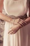 首饰在手边新娘 库存照片
