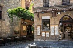首饰店门面在罗得岛镇狭窄的街道的  Lindos 免版税库存图片