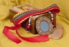 首饰的箱子与kokoshnik、镜子和梳子 免版税库存照片