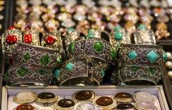 首饰镯子耳环敲响小珠和自然石头 免版税库存照片