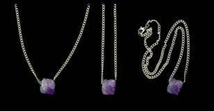 首饰,银自然石水晶,在一个银色链子的紫罗兰色紫晶 库存图片