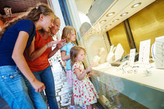 首饰购物 妇女和孩子激发观察在商店窗口 库存照片