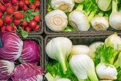 茴香、圆白菜和萝卜待售 免版税库存照片