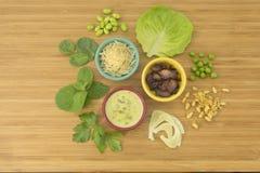 茴香、豌豆和豆沙拉与烟肉成份 免版税库存图片