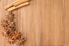 茴香和桂香在一个木板 免版税图库摄影