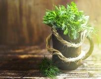 茴香和荷兰芹芬芳草本花束,在木背景 免版税库存图片