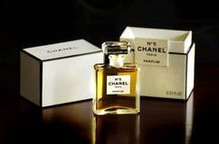 香奈儿没有5法语充满香气parfum瓶箱子被隔绝的黑暗的背景 免版税库存图片