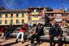 香客参观佛教精神中心Boudhanath Stupa 免版税库存照片