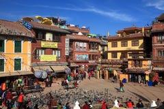 香客在加德满都参观佛教精神中心2014年2月02日的Boudhanath Stupa,尼泊尔 库存照片