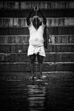 香客在恒河的圣水沐浴和洗涤, Varana 免版税库存照片