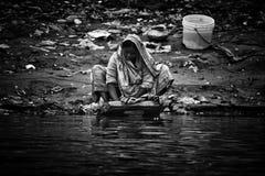 香客在恒河的圣水沐浴和洗涤, Varana 库存照片