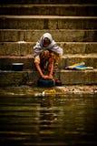 香客在恒河的圣水沐浴和洗涤, Varana 免版税库存图片
