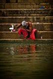 香客在恒河的圣水沐浴和洗涤, Varana 库存图片