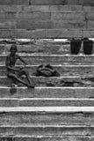 香客在恒河, Varana的圣水沐浴并且洗涤 库存照片