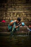 香客在恒河, Varana的圣水沐浴并且洗涤 免版税库存照片