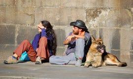 香客夫妇和他们的狗-孔波斯特拉的圣地牙哥 库存照片