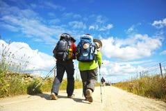香客夫妇Camino的de圣地亚哥,西班牙,通往圣地亚哥的道路 免版税库存照片