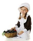 香客女孩的水果篮 免版税库存图片