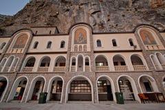香客房子。 Ostrog较大修道院。 蒙特内哥罗 免版税图库摄影
