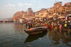 香客浸入入水圣洁恒河在清早 免版税图库摄影