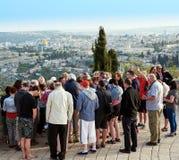 香客看耶路撒冷和pra美丽的景色  库存照片