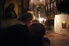 香客祈祷在耶稣坟茔在耶路撒冷 图库摄影