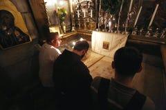 香客祈祷在耶稣坟茔在耶路撒冷 免版税图库摄影