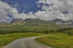 香客道路和路向Grisons的阿尔卑斯弗利克斯 免版税库存照片