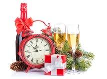 香宾、圣诞节礼物、时钟和杉树 免版税库存照片