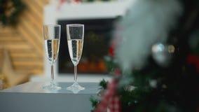 香宾两块玻璃在圣诞树附近的 股票录像
