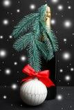香宾和圣诞树玩具 免版税图库摄影