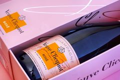 香宾弗夫克利科罗斯瓶特写镜头在桃红色箱子的 库存照片