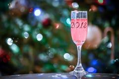 香宾或喝酒在闪耀的背景的2018块玻璃 库存照片