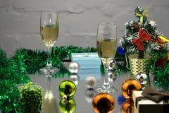香宾玻璃、圣诞树、圣诞节礼物和圣诞节球在黑背景 免版税库存图片