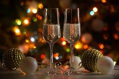香宾玻璃和圣诞灯 免版税库存图片