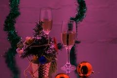香宾玻璃和圣诞节球在雪 库存图片