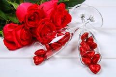 香宾玻璃用在一张白色木桌上的英国兰开斯特家族族徽围拢的心脏填装了 模板为情人节 库存图片