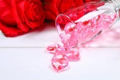 香宾玻璃用在一张白色木桌上的英国兰开斯特家族族徽围拢的心脏填装了 模板为情人节 图库摄影