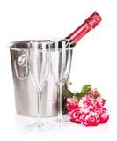 香宾瓶、两块玻璃和红色玫瑰开花 免版税库存照片