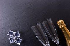 香宾瓶、冰块和两块香槟玻璃 免版税库存照片