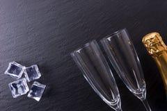 香宾瓶、冰块和两块香槟玻璃 图库摄影