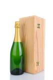 香宾瓶和木头配件箱 免版税库存照片