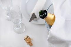 香宾瓶和表设置 免版税图库摄影