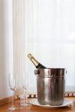 香宾瓶在时段和二块玻璃中 图库摄影