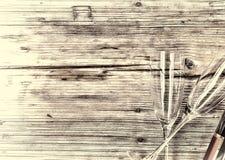 香宾 香宾瓶和两块空的玻璃在木背景 日s华伦泰 生日 婚姻 免版税库存图片
