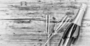 香宾 香宾瓶和两块空的玻璃在木背景 日s华伦泰 生日 婚姻 免版税库存照片