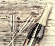 香宾 香宾瓶和两块空的玻璃在木背景 日s华伦泰 生日 婚姻 库存图片